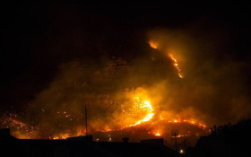 Fire rages over Muizenberg