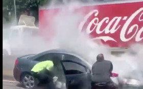 [WATCH] Man rescuing  an unconscious driver from burning car goes viral