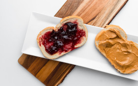 [WATCH] Dad hilariously follows his kid's PB&J sarmie instructions too literally