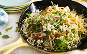 How to make smashed peas and feta spaghetti (with bacon crumble)