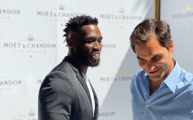 [WATCH] Siya Kolisi welcomes Roger Federer and holds his own on the tennis court