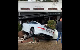 [VIDEO] Sports car crashes into sidewalk seating at Constantia café