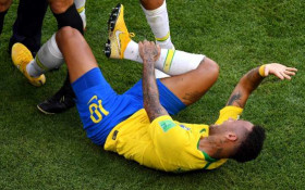 [WATCH] Neymar 'rolls' off some scandalous acting skills and fans aint happy