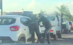 [VIDEO] JHB motorist robbed and beaten in broad daylight in rush hour traffic