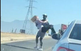 [WATCH] Couple dancing in traffic has social media talking
