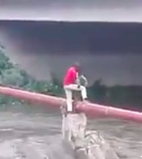 [VIDEO] Brave Alex man rescues boy during flash flood