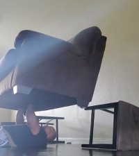 [WATCH] Guy using couch as benchpress during lockdown goes viral