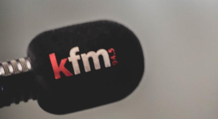 在Kfm的沙发上:Darren,EB,Carl,Sherlin,Tracey分享他们的广播故事