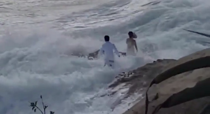 [WATCH] Lifeguards save bride and groom swept into ocean while posing for pic