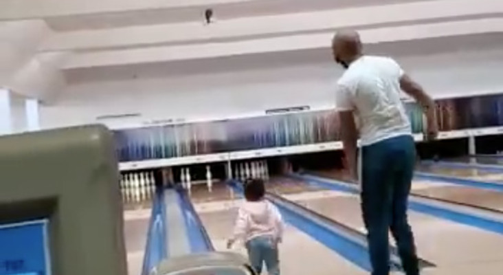 [WATCH] Dad saving toddler from slipping at bowling alley goes viral