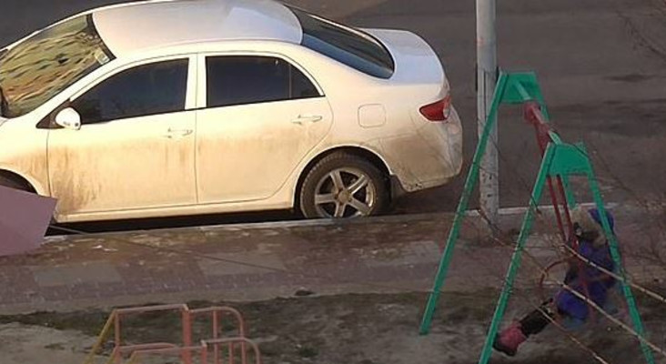 [WATCH] Mother playing on swing with child from fourth-floor window goes viral