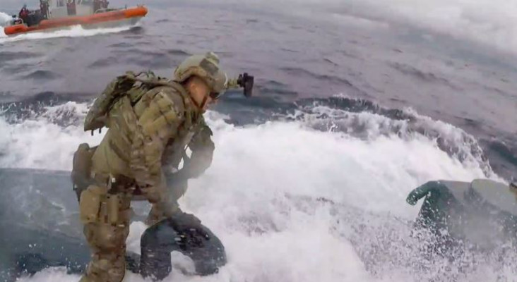 [WATCH] US coast guard crew leaps onto drug smuggling submarine