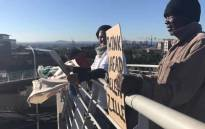 FILE: Woodstock residents, along with activists from lobby group Reclaim the City, picketing on the Searle Street pedestrian bridge above the Nelson Mandela Boulevard on 11 July 2017. Picture: Monique Mortlock/EWN