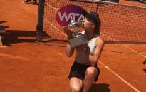 Elina Svitolina kisses the trophy after successfully defended her Italian Open title. Picture: @InteBNLdItalia/Twitter.