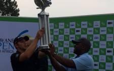 Tshwane Mayor Solly Msimanga hands over the trophy to Dean Burmester. Picture: Twitter @TshwaneOpen.