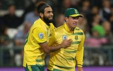 Proteas spinner Imran Tahir celebrates a wicket with teammate AB de Villiers. Picture: @OfficialCSA/Twitter