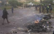 FILE: Violence erupts in Hout Bay as illegal dwellers burn rubble. Picture: EWN.