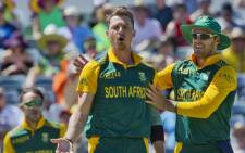 South African bowler Dale Steyn (C) and captain AB de Villiers (R) react after taking the wicket of Australian batsman Nathan Coulter-Nile (not pictured) during the second one-day international (ODI) cricket match of the series between Australia and South Africa in Perth on 16 November, 2014. Picture: AFP.