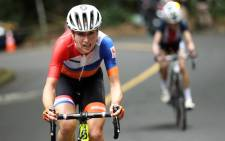 Netherlands' Annemiek Van Vleuten (L) leads USA's Mara Abbott during the Women's road cycling race at the Rio 2016 Olympic Games in Rio de Janeiro on 7 August, 2016. AFP.