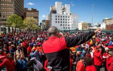 COSATU WC regional secretary Tony Ehrenreich speaks to hundreds of COSATU supporters outside Cape Town's parliament. Picture: Anthony Molyneaux/EWN
