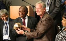 FILE: Paleoanthropologist Professor Lee Berger and Deputy President Cyril Ramaphosa hold a replica of one of the Homo naledi fossils at the Cradle of Humankind, 10 September 2015. Picture: Christa Eyber/EWN.