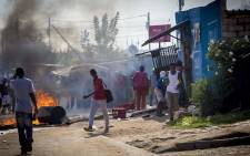 FILE: Looters rob a Somali-owned spaza shop during skirmishes with police over service delivery in Olievenhoutbosch. Picture: Thomas Holder/EWN