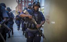 FILE: SAPS members make their way through the Wits University main campus during running battles with protesting students. Picture: Reinart Toerien/EWN.