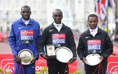 FILE: Kenya's Eliud Kipchoge (C) poses with second-placed Kenya's Stanley Biwott (L) and third-placed Kenya's Kenenisa Bekele (R) during the winners presentation for the 2016 London Marathon. Picture: AFP.