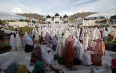Indonesian Muslims gather at the Baiturrahman Raya mosque in Banda Aceh to offer Eid al-Fitr prayers on 25 June, 2017. Eid al-Fitr festival marks the end of the holy Muslim fasting month of Ramadan during which devotees are required to abstain from food, drink and sex from dawn to dusk. Picture: AFP.