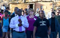 Helen Zille and Bonginkosi Madikizela tour the Langrug informal settlement on Tuesday 9 May 2012. Picture: Aletta Gardner/EWN