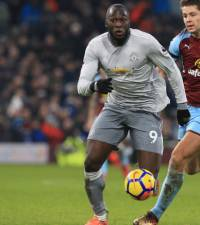 United keep up chase, Arsenal and Chelsea hit four