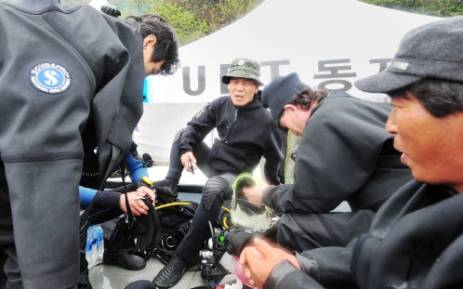 South Korean divers prepare their gear on 18 April before heading out to sea to the location of the Sewol ferry accident. Picture: AFP.