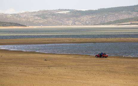 The water level of the Theewaterskloof Dam near Cape Town dropped to around 30% in March 2016. It is the largest of five major dams supplying drinking water to the city. Picture: Aletta Harrison/EWN.