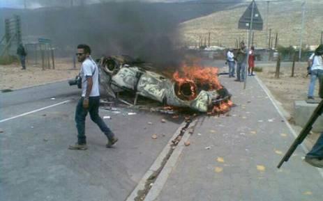 A car is set alight by striking farmworkers in De Doorns, Western Cape. Picture: @BOSBEER2006 (twitter)