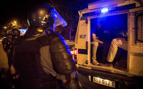 Police arrest protesting #RhodesMustFall students after they blocked Rondebosch Main Road in Cape Town. Picture: Thomas Holder/EWN