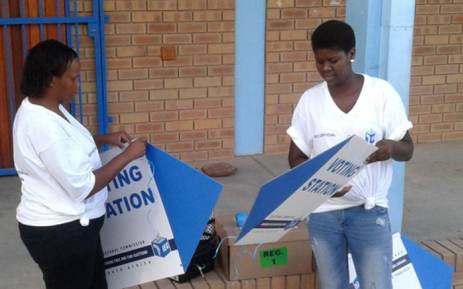 IEC staff getting ready for voter registration at Fezekile Secondary in Oudtshoorn on 5 March 2016. Picture: Petrus Botha/EWN""