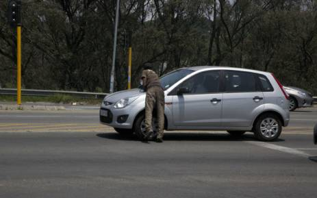 A window washer at an intersection in Johannesburg. Picture: Kgothatso Mogale/EWN.