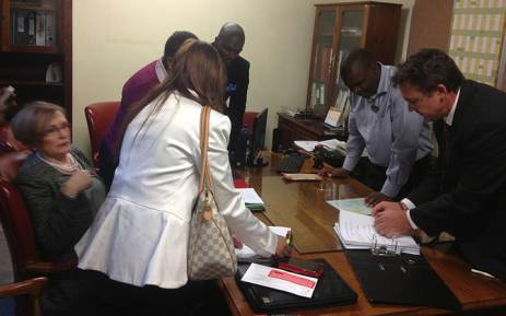 FILE: DA leaders, Helen Zille and forensic experts verifying materials from the NPA on the Jacob Zuma spy tapes on 4 September 2014. Twitter via DA News.