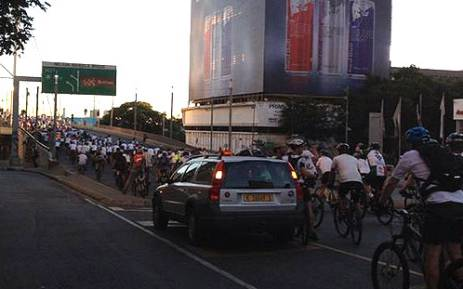 Hundreds of Johannesburg cyclists rode from Dunkeld Corner to the Nelson Mandela Bridge in Braamfontein on 4 January, 2012, in honour of Olympic mountain biker Burry Stander. Picture: Mbali Sibanyoni/EWN
