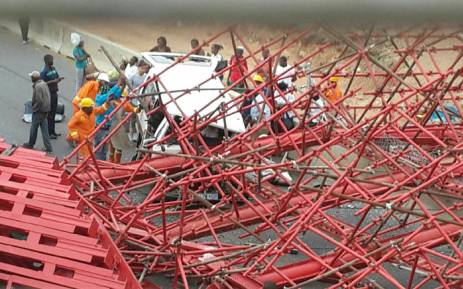 FILE: This file photo shows the scaffolding of a pedestrian bridge under construction in Sandton which collapsed. The bridge was being built parallel to Grayston Drive on the M1 on 14 October 2015. Picture: Arrive Alive.
