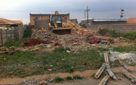 Bulldozers demolish houses in Lenasia ext 13 which had been built illegally. Picture: Tumisang Ndlovu/EWN.