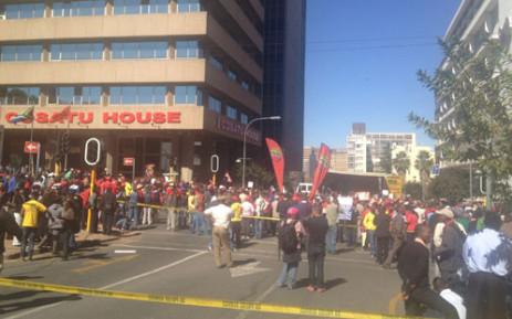 Cosatu protesters and DA marchers clash. Picture Andrea van Wyk/EWN