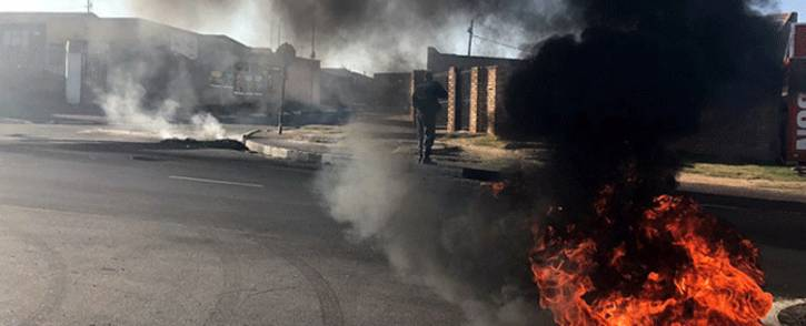 Several roads were barricaded with burning tyres on Wednesday 24 May 2017 as residents in Diepkloof protested over land and housing. Picture: Kgothatso Mogale/EWN