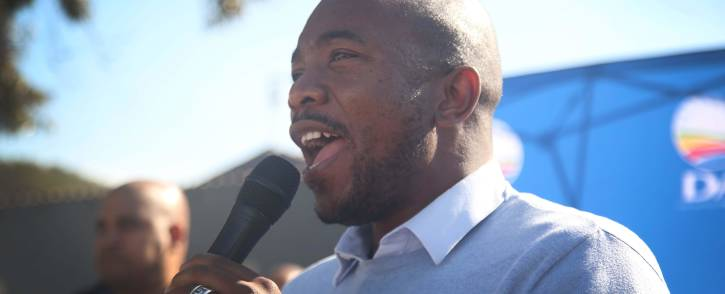 DA leader Mmusi Maimane addresses Mitchells Plain residents, while doing a door-to-door in the area. The visit was part of the DA's #Change19 tour. Picture: Bertram Malgas/EWN