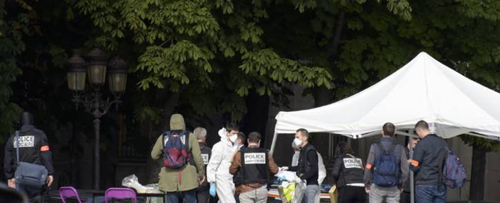 FILE: French police officials and investigators gather at the site of an attack near the entrance of Notre-Dame cathedral in Paris on 6 June 2017. Anti-terrorist prosecutors have opened a probe after police shot and injured a man who had tried to attack an officer with a hammer outside Notre Dame cathedral. The officer was slightly injured in the attack outside the world-famous landmark in central Paris. Picture: AFP.