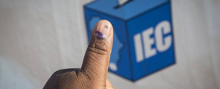 A Mamelodi resident holds out his thumb outside the Balebogeng Primary School after having cast his vote in the 2016 local government elections. Picture: Reinart Toerien/EWN.