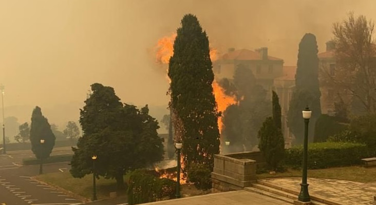 [VIDEOS] UCT evacuates students as Table Mountain fire spreads to upper campus