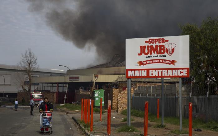 Raging fire engulfs Jumbo Cash & Carry in JHB