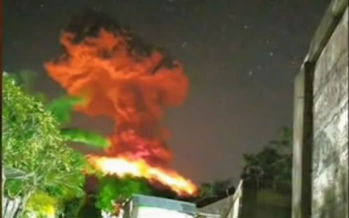 Volcano Erupts On Indonesia S Bali Causing Flight Cancellations