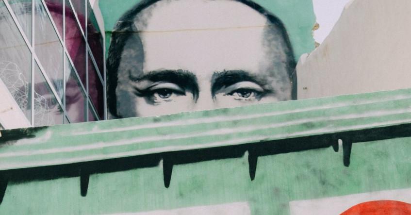 WATCH Drone footage of (allegedly) Vladimir Putin's ...